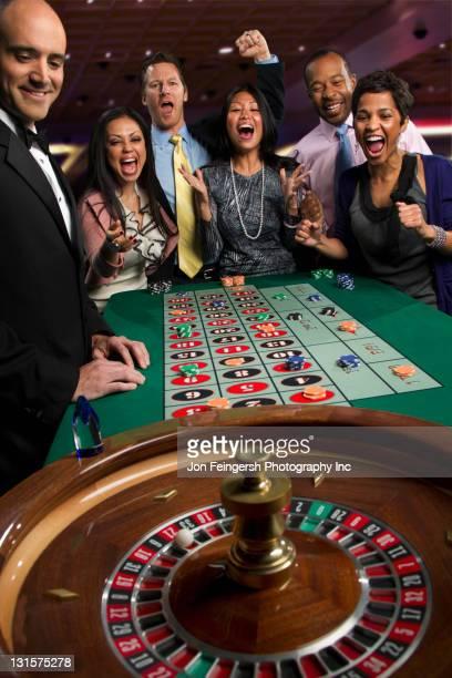 Begeistert Freunde Wetten am roulette-Tisch im Kasino