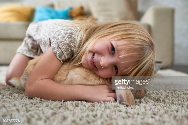 Gamin excité étreindre le lapin à la maison