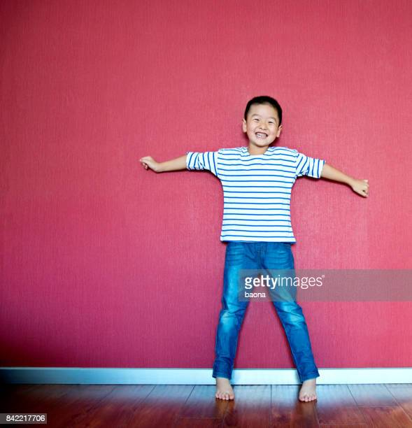 壁に立って興奮した男の子