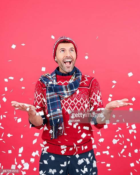 excitación hombre en invierno ajuste entre blanco confeti - izusek fotografías e imágenes de stock