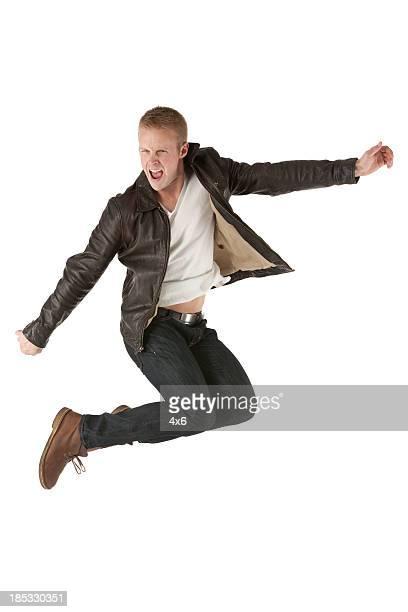 Aufgeregt Mann, springen in der Luft