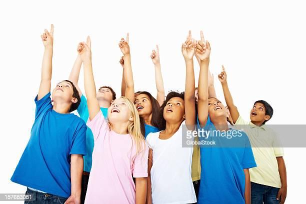 Heureux multi ethnique enfants points contre un arrière-plan blanc