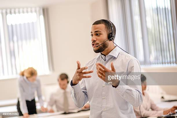 Heureux vendeur parlant sur un casque bluetooth