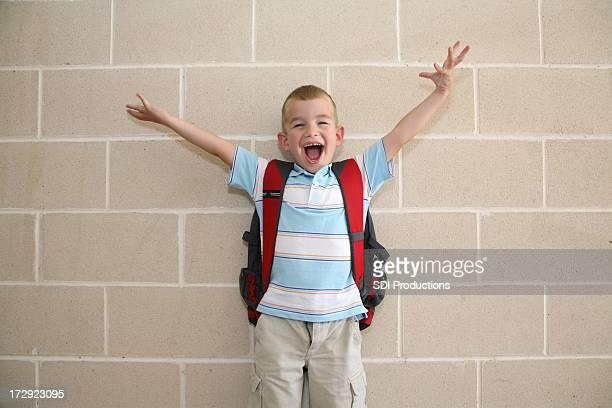 aufgeregt schule junge mit händen in der luft - schulkind nur jungen stock-fotos und bilder