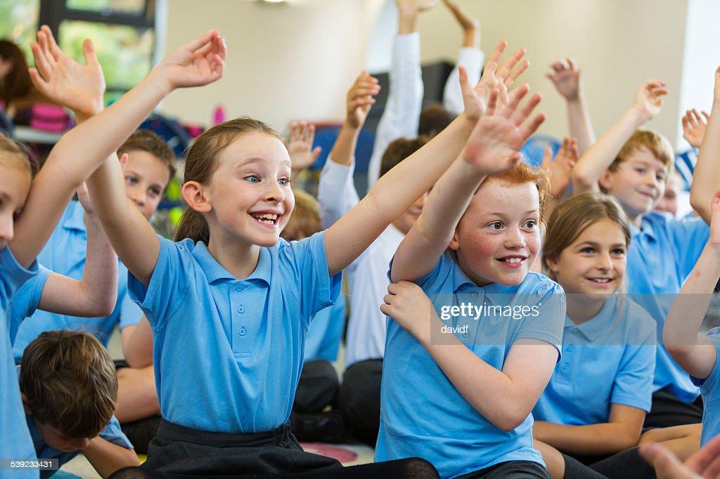 Aufgeregt Schulkindern in Uniform mit Händen : Stock-Foto