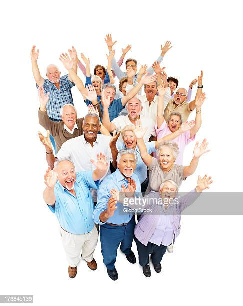 Entusiasmado senior homens e mulheres em pé juntos