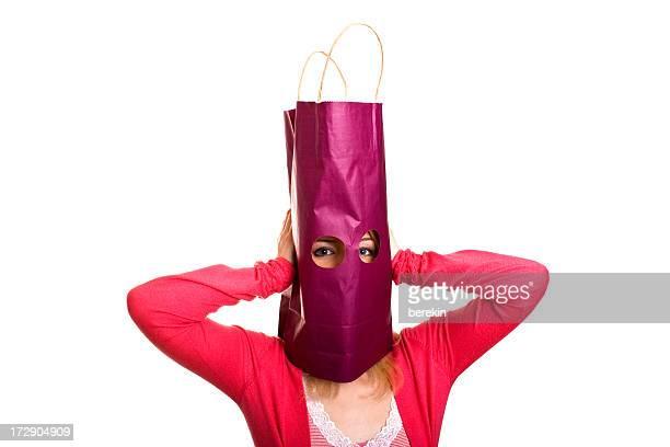 Heureux boutiques femme avec panier et tête isolé sur blanc