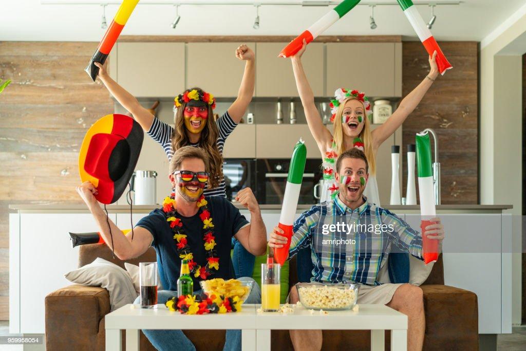 aufgeregt Fußballfan Paare jubeln vor Fernseher zu Hause : Stock-Foto