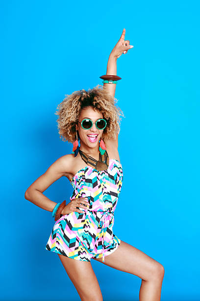 Heureux afro jeune femme en été