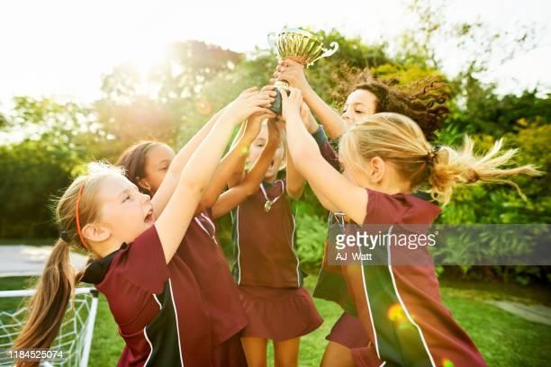 トロフィーで興奮した勝利チーム - the championship soccer league ストックフォトと画像