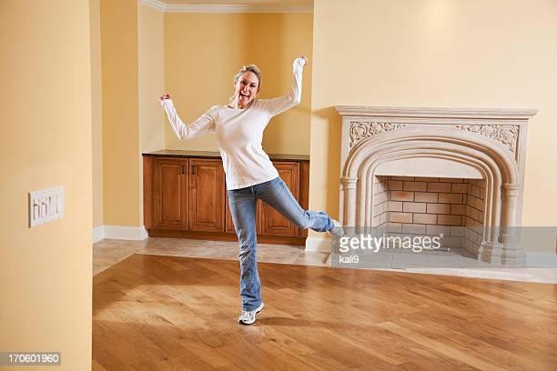Aufgeregt Frau in neues Haus