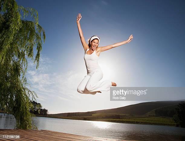 喜び女性に飛びつい桟橋