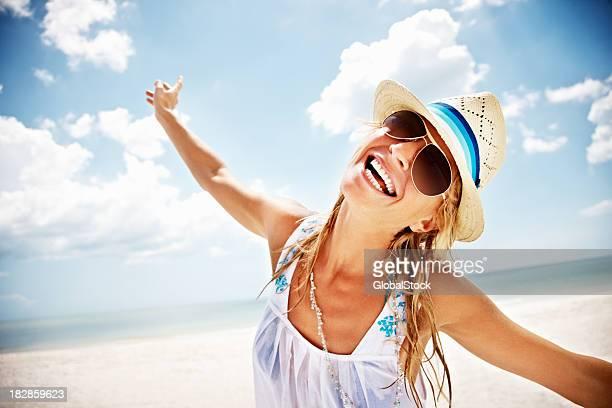 Aufgeregt Frau mit Arme Sie am Strand