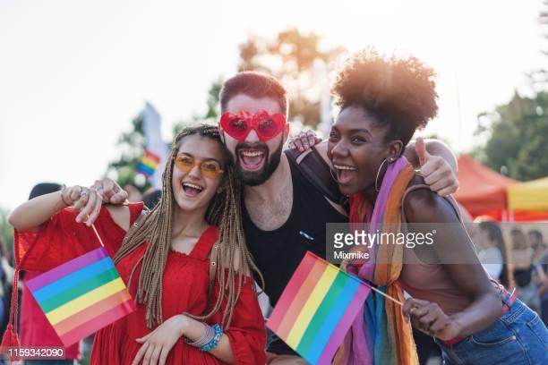プライドフェスティバルで興奮した若者が集う - ゲイプライドのシンボル ストックフォトと画像