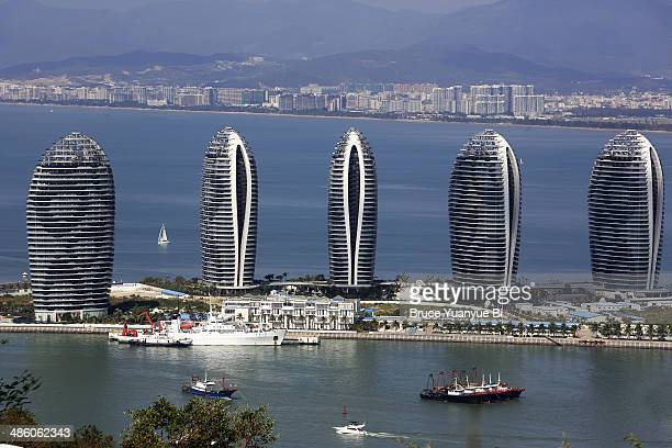 exclusive condominiums on man-made phoenix island - hainan island stock pictures, royalty-free photos & images