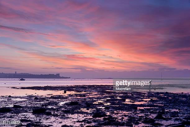 exe estuário do homem no pôr do sol com som coloridas - crepúsculo - fotografias e filmes do acervo