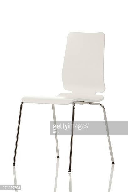 executive-stuhl auf weißem hintergrund - stuhl stock-fotos und bilder