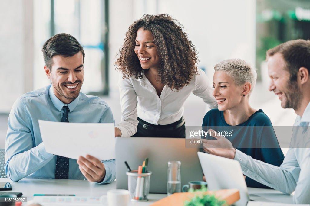 Direttori esecutivi che guardano ai rapporti finanziari : Foto stock