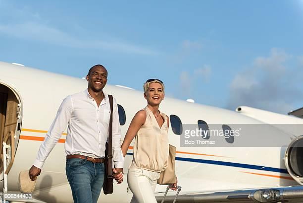 executive jet passengers - bem vestido - fotografias e filmes do acervo