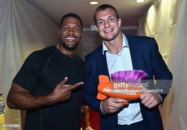 Executive Producer of Nickelodeon Kids' Choice Sports Awards Michael Strahan and cohost Rob Gronkowski pose with the Biggest Powerhouse award during...