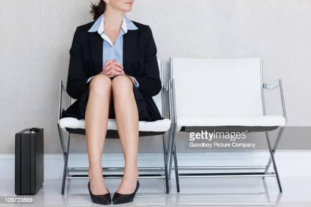 Affaires assis sur une chaise avec porte-documents sur le bureau-salon