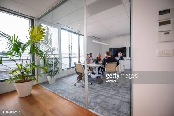 会議室でのエグゼクティブチームミーティング - 中距離 ストックフォトと画像