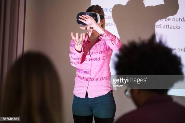 Executive mit futuristischen Brille bei Präsentation