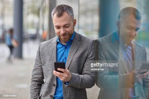Direction à l'aide de téléphone intelligent tout en se penchant sur le verre