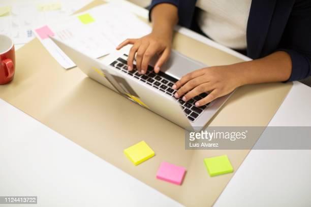 executive working on laptop at office desk - websurfen stock-fotos und bilder