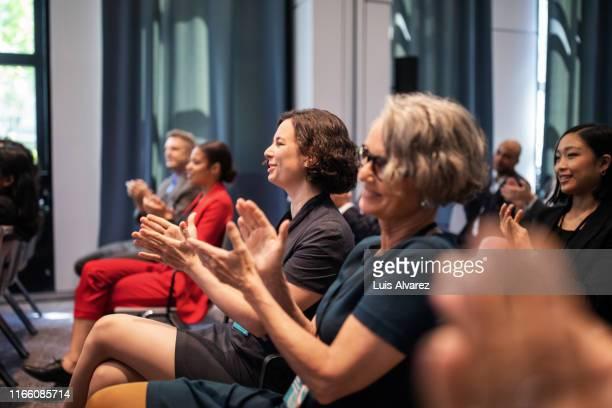 executives applauding during conference - unterhaltungsveranstaltung stock-fotos und bilder