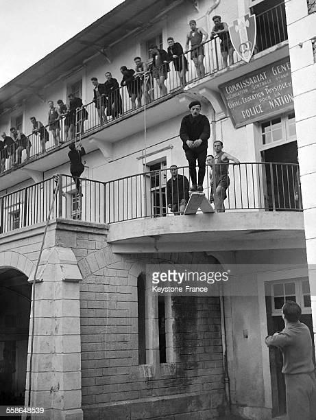 Exercice de la nouvelle promotion Confiance de la Police d'Etat à Périgueux France circa 1940