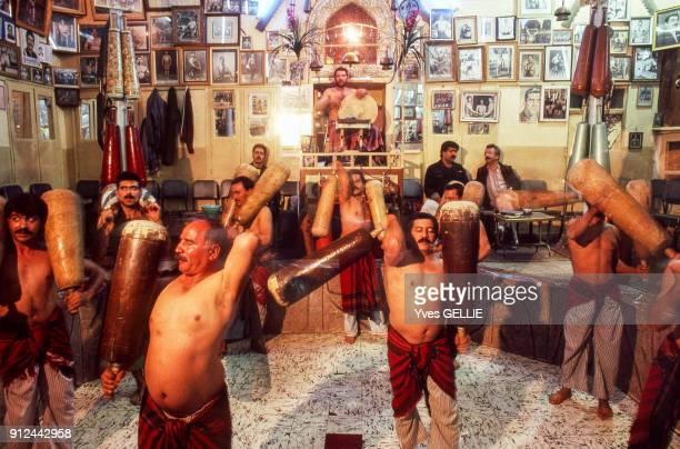 Exercice de musculation aux massues dans un Zurkhaneh a Ispahan Iran