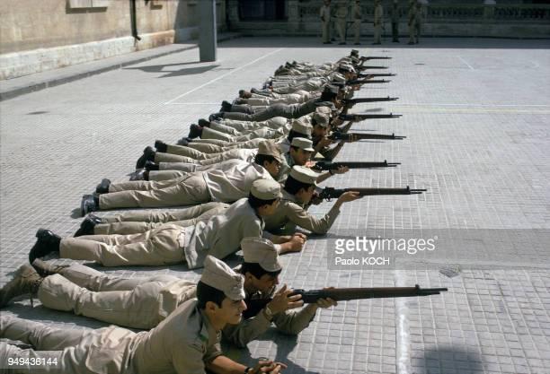 Exercice de tir dans l'école militaire secondaire pour garçons à Damas en Syrie