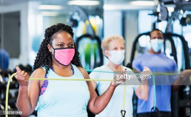 ジムでエクササイズクラス、フェイスマスクを着用 - エクササイズクラス ストックフォトと画像