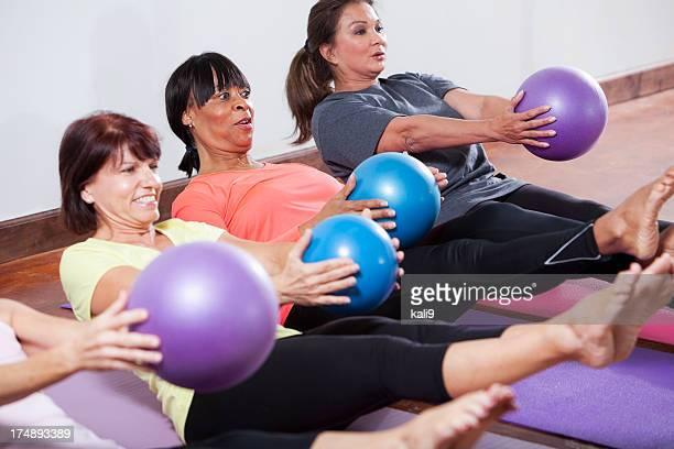 Cours d'entraînement avec des ballons d'exercice