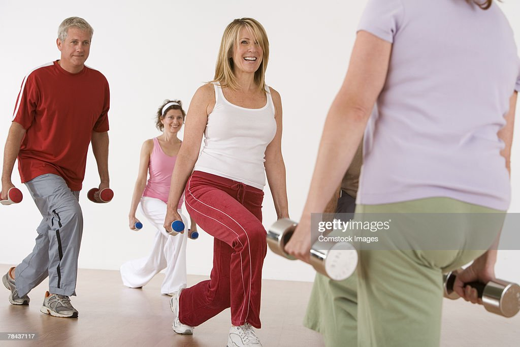 Exercise class working out with free weights : Stockfoto