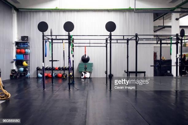 exercise equipment in health club - fitnesseinrichtung stock-fotos und bilder