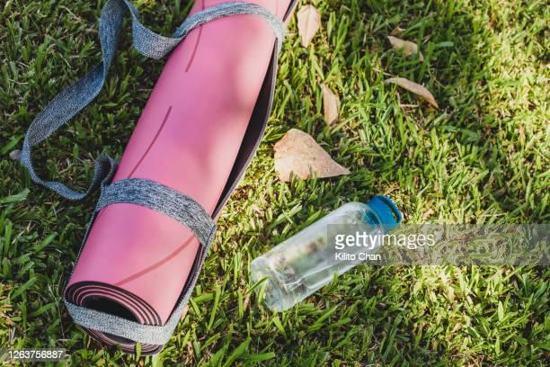 exercise mat and water bottle - colchoneta de ejercicio fotografías e imágenes de stock