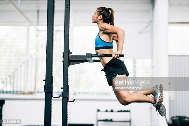 exercising at the gym - daily sport girls stock pictures, royalty-free photos & images