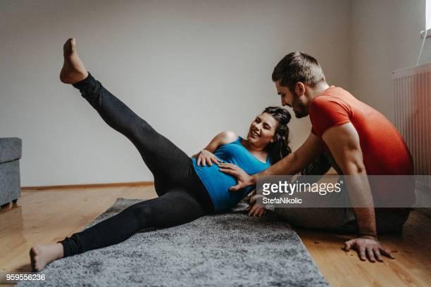 schöne schwangere frau zu hause trainieren - geburtsvorbereitung stock-fotos und bilder