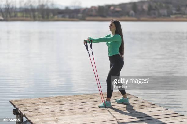 fitnesstraining in den morgen - gummihose stock-fotos und bilder