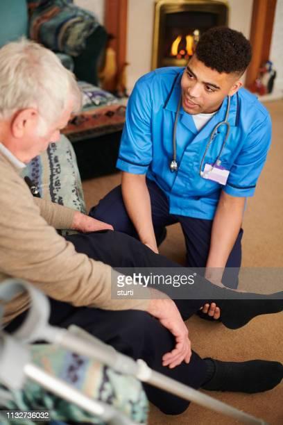 l'exercice de la nouvelle articulation du genou - infirmier photos et images de collection