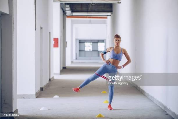 fitnesstraining mit gummiband - gummihose stock-fotos und bilder