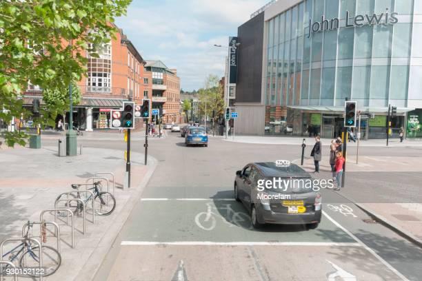 exeter centrum van de stad op een kruising van de weg door john lewis opslaan met verkeer en voetgangers - kruispunt stockfoto's en -beelden