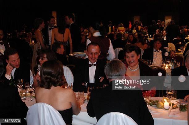 ExFraktionsvorsizender der CDU Friedrich Merz mit Ehefrau Charlotte Namen auf Wunsch Ball des Sports Frankfurter Festhalle Frankfurt Stiftung...