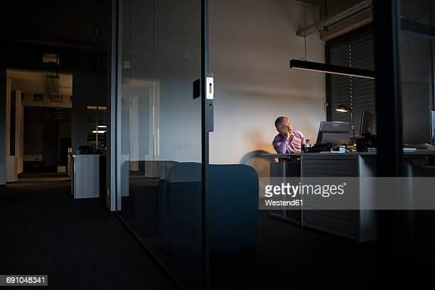 exhausted businessman sleeping at office desk - sonnecchiare foto e immagini stock