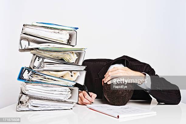 Agotado empresario con exceso de trabajo de otros tiempos quiebra de escritorio