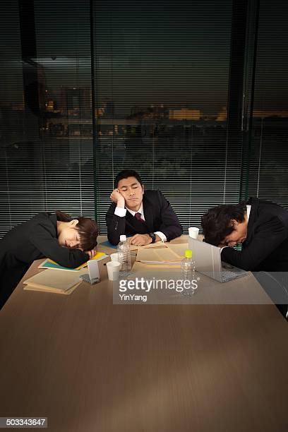 とにかく日本のビジネスオフィスで働くミーティング垂直