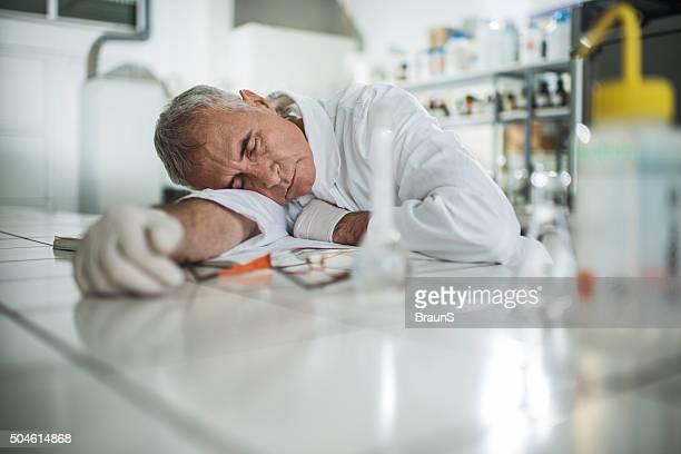 Erschöpft leitender Wissenschaftler ein Nickerchen im Labor.
