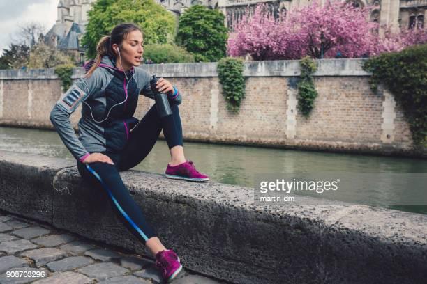 Erschöpft Sportlerin Trinkwasser